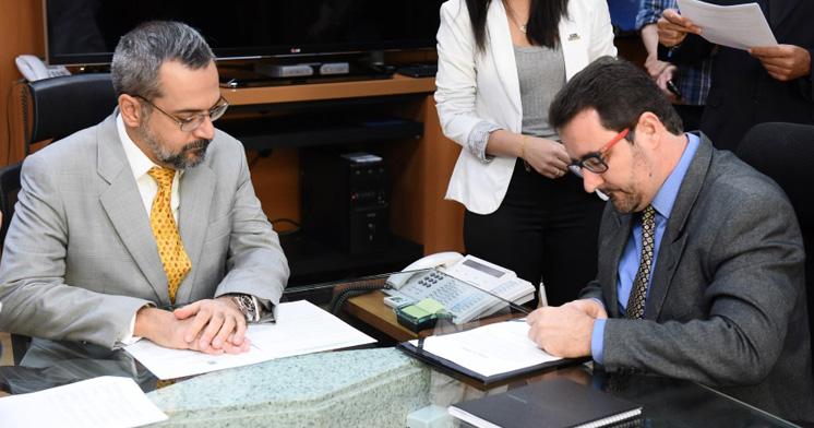 O novo reitor da UFRB, Fábio Josué, toma posse no MEC (Foto: Luis Fortes/MEC)