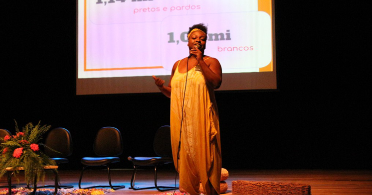 Nicea Quintino Amauro, presidente da ABPN, realiza conferência de abertura.