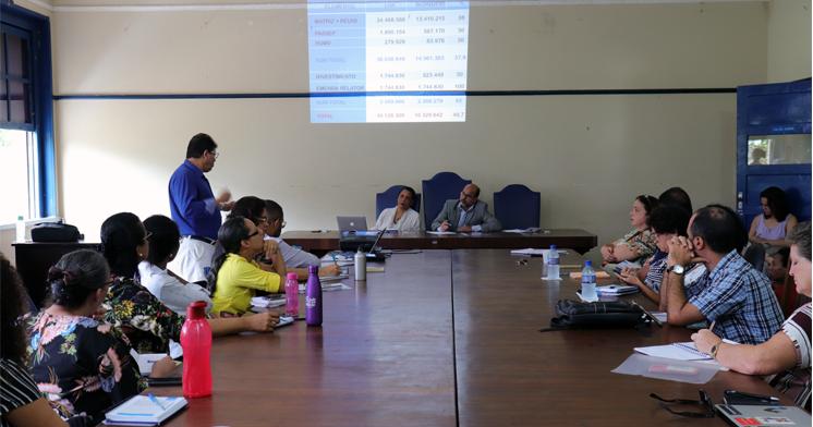 José Mascarenhas, pró-reitor de Planejamento, apresenta o orçamento da UFRB.