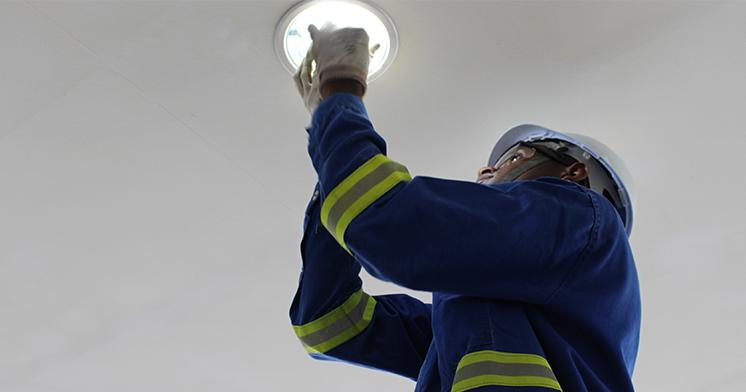 Técnicos da Coelba realizam troca de lâmpadas